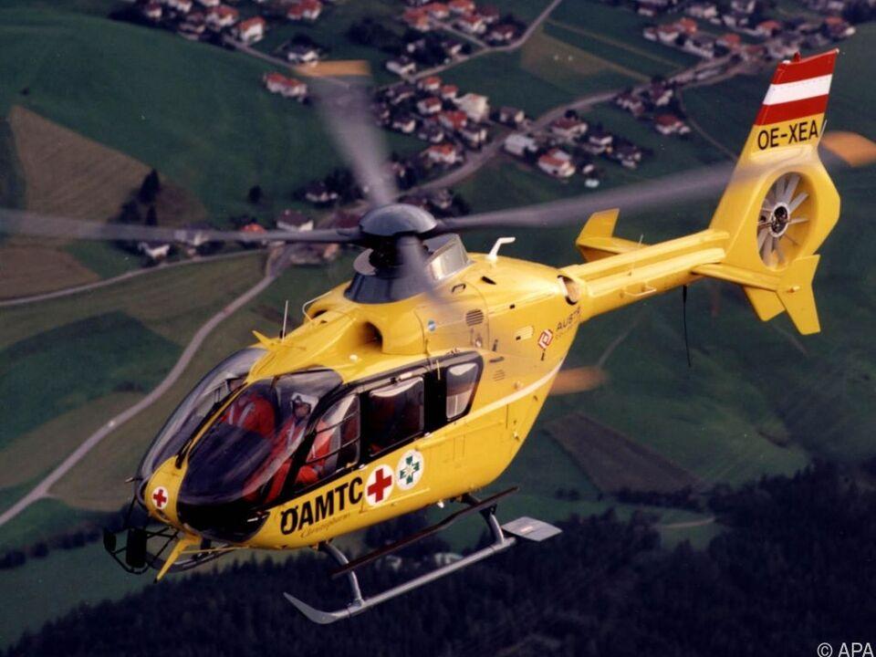 Der Mann wurde vom Rettungshubschrauber in ein Krankenhaus geflogen