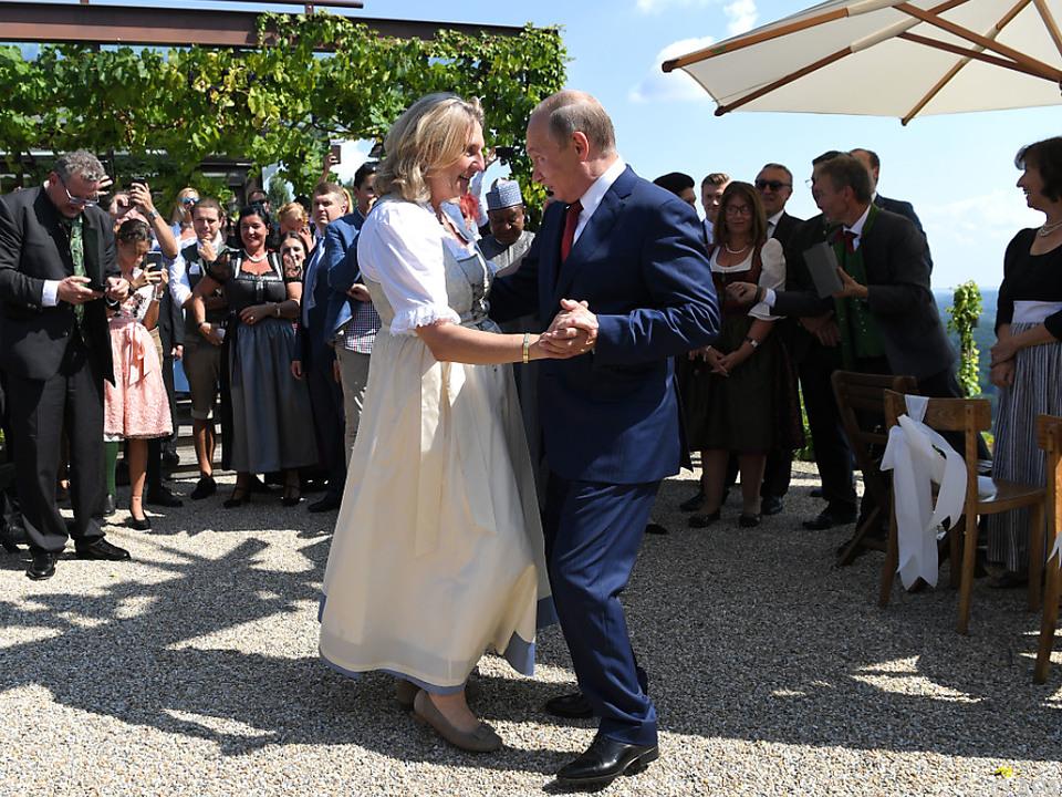 Der russische Präsident wagt ein Tänzchen mit der Braut