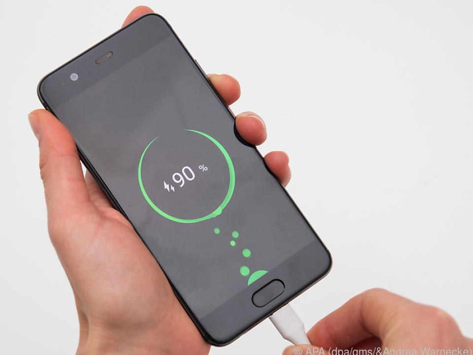 Die Akkus moderner Smartphones müssen nicht immer voll aufgeladen werden