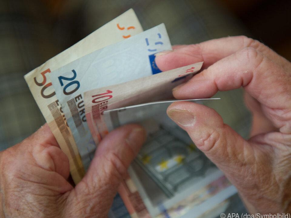 Die Pensionistin hat ihr Herzblatt natürlich nie persönlich getroffen rente seniorin geld euro