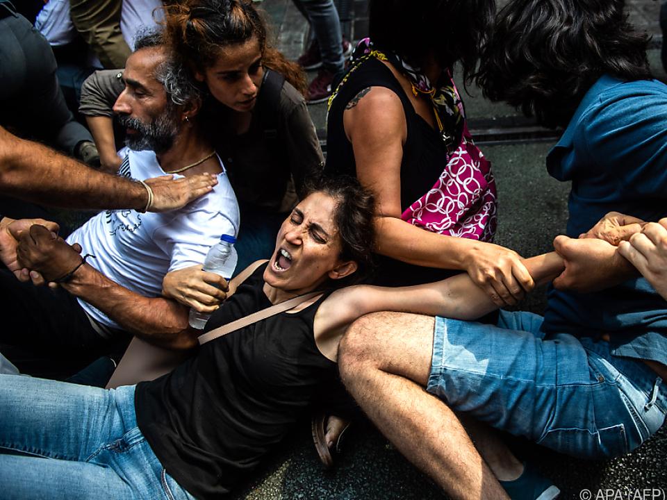 Die Polizei ging mit Gewalt gegen die Protestierenden vor