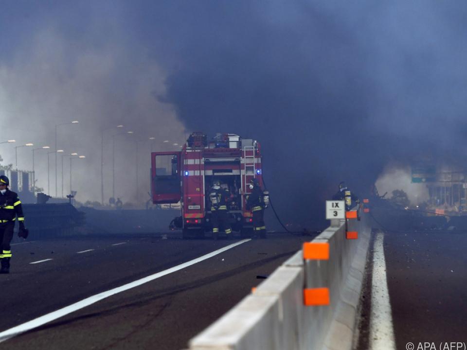 Die Unfallstelle und die Umgebung waren in dunklen Rauch gehüllt