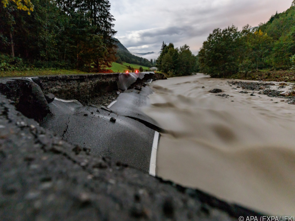 Ein Teil der Straße wurde auf rund 50 Metern Länge weggespült