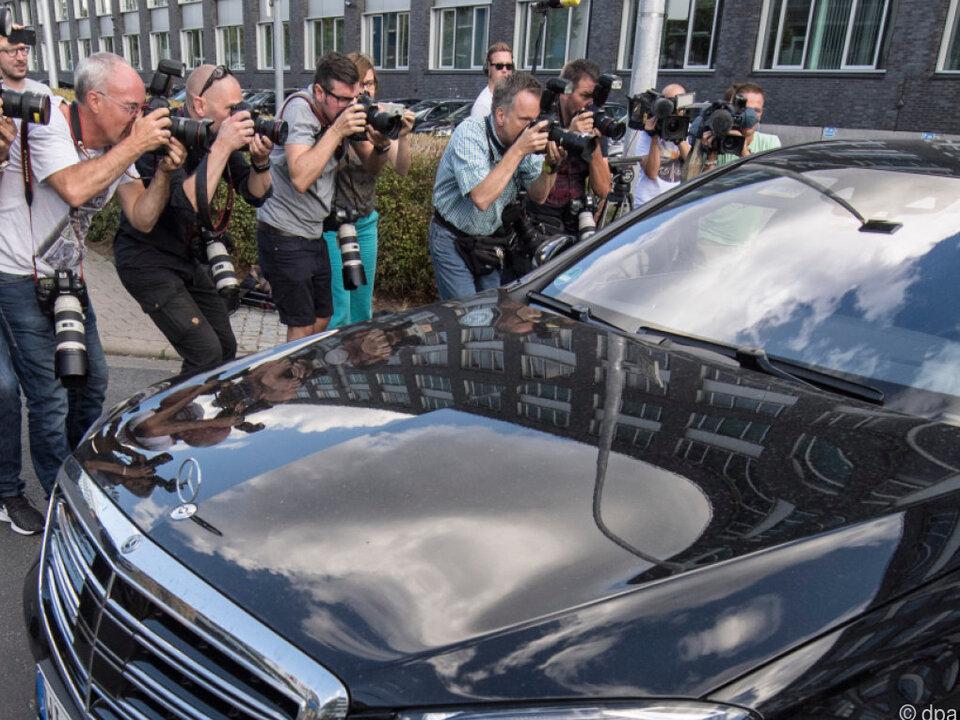 Eine schwarze Mercedes-Limousine fährt vom Hof des Polizeipräsidiums