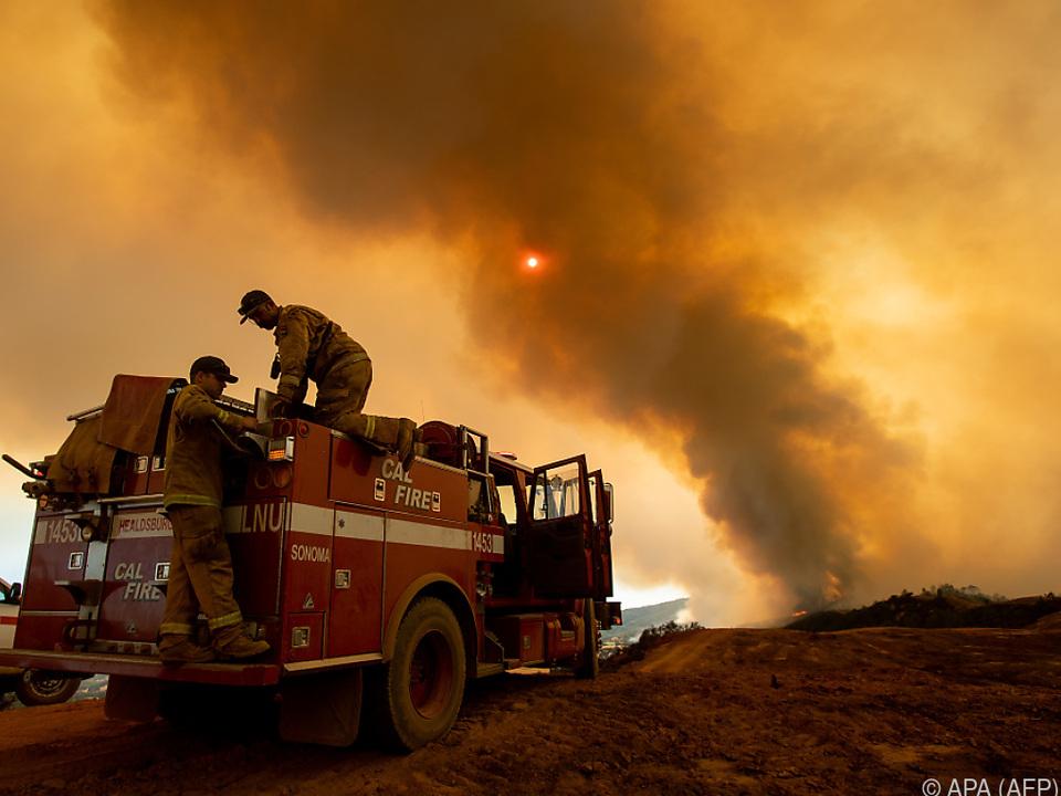 Feuerwehr im Kampf gegen die Flammen