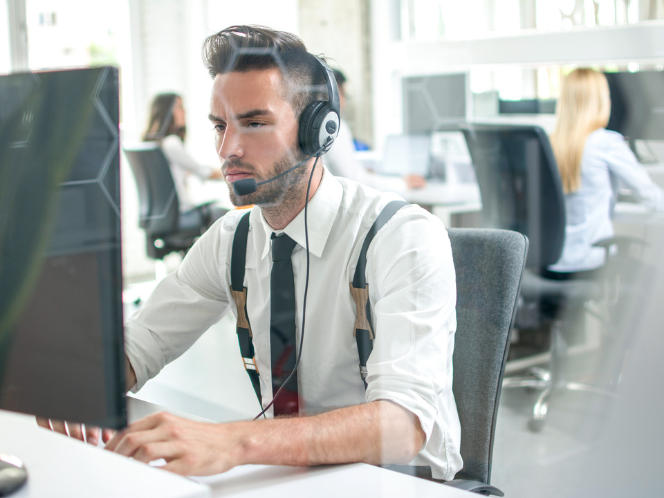 sitzen büro arbeit job sym headset telefonieren