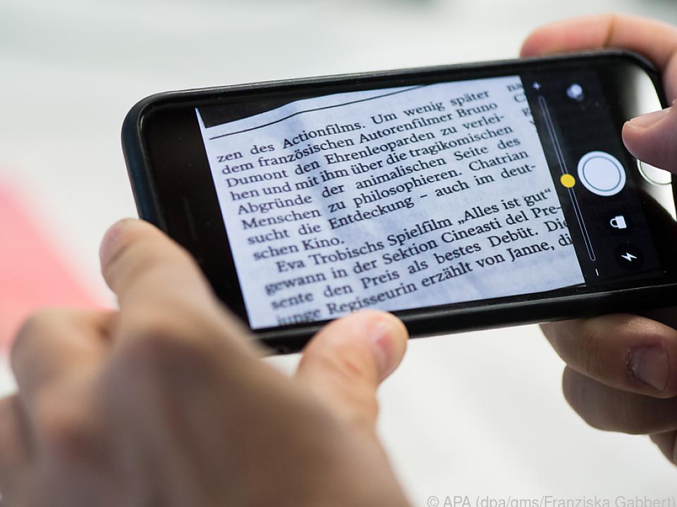 Ist die Schrift zu klein, kann die Lupenfunktion des iPhones helfen
