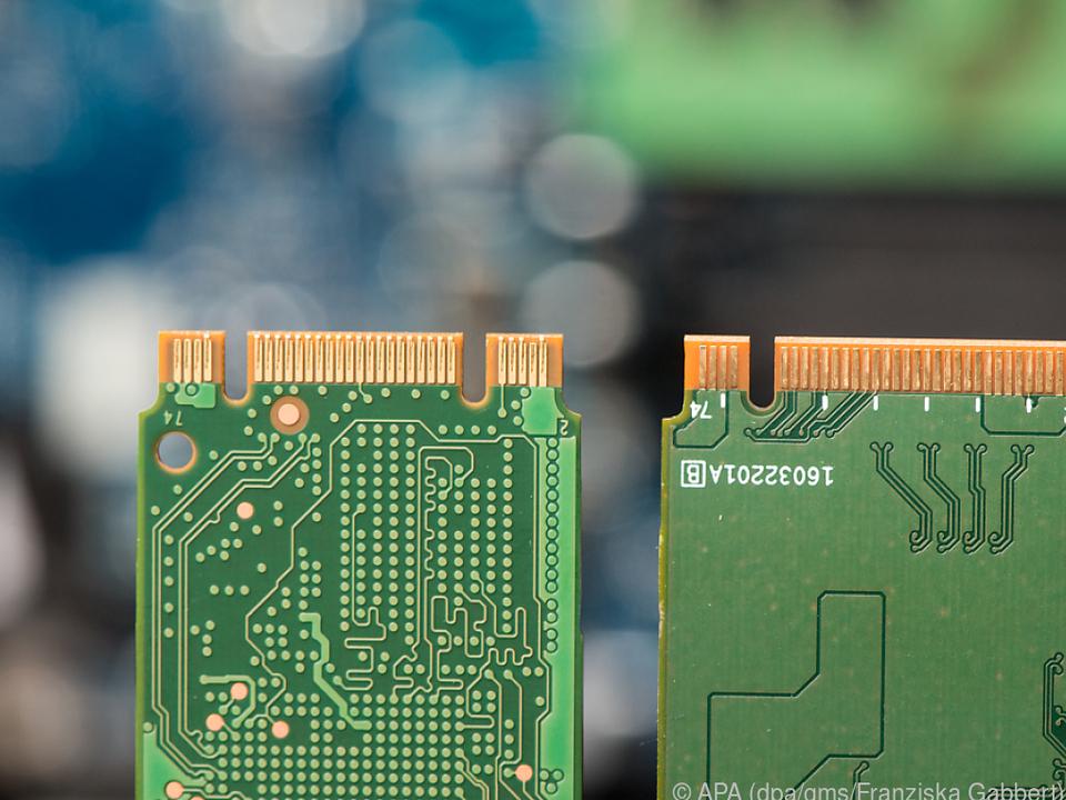 Links die zwei Einkerbungen bei einer M.2-SSD mit SATA-Schnittstelle