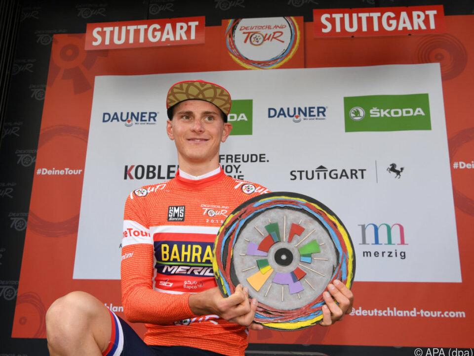 Matej Mohoric mit der Siegertrophäe der Deutschland-Tour
