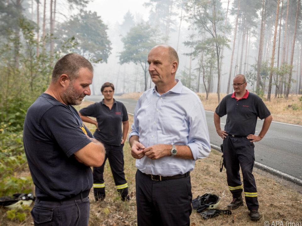 Ministerpräsident Woidke im Gespräch mit Feuerwehrleuten
