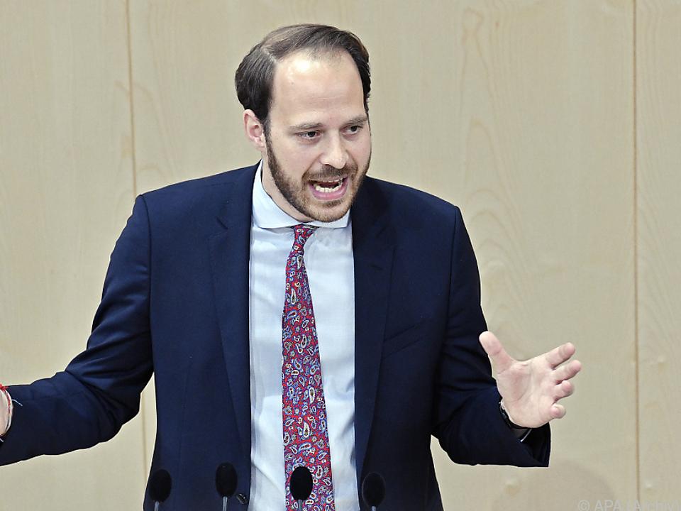 NEOS-Vizeklubchef Nikolaus Scherak führte die Anfrageserie durch