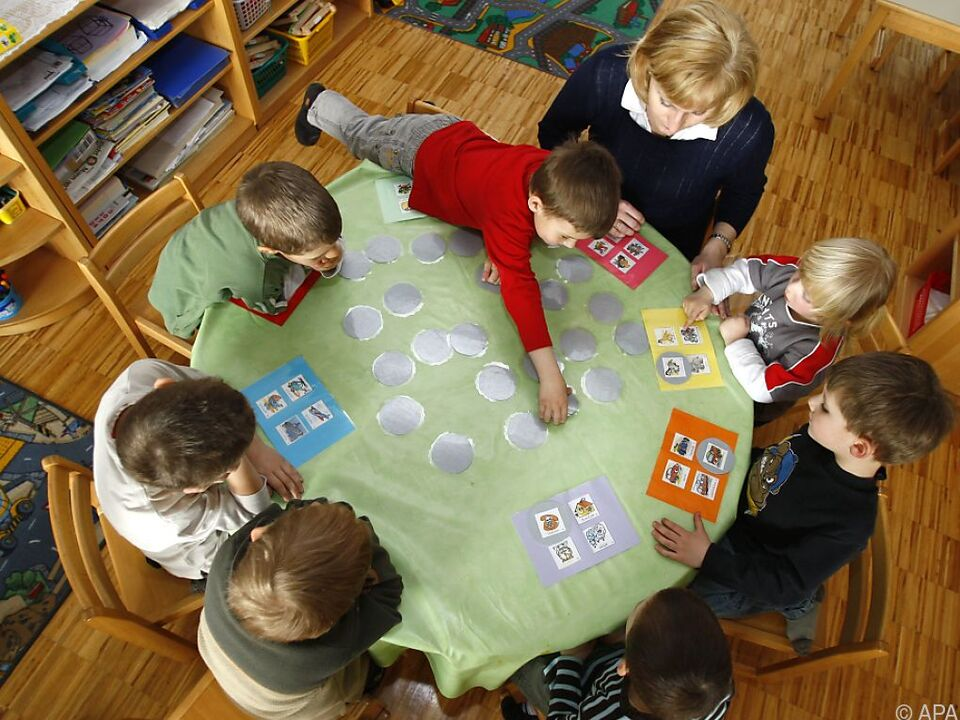 Regierung lädt zu Pressekonferenz in Kindergarten