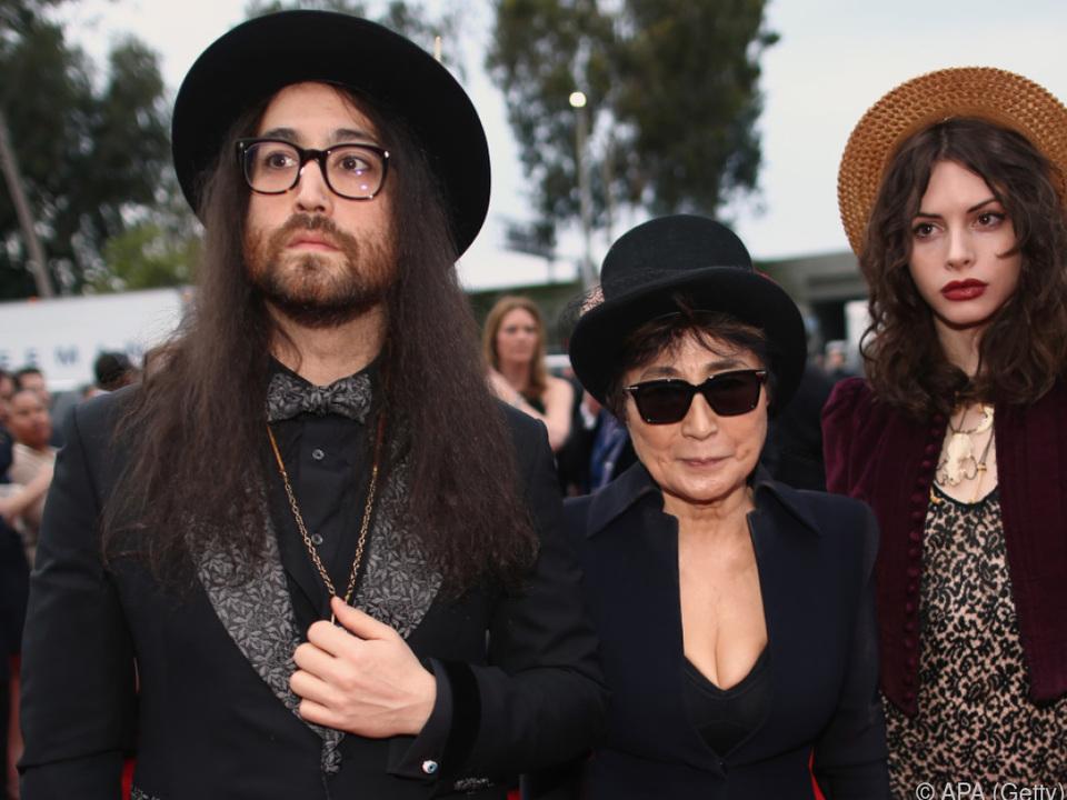 Sean Ono Lennon mit Mutter Yoko und Freundin Charlotte Kemp Muhl