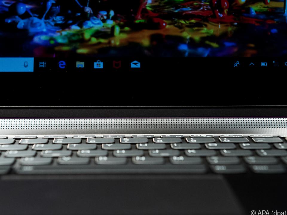 Der Lautsprecher steckt zwischen Bildschirm und Tastatur