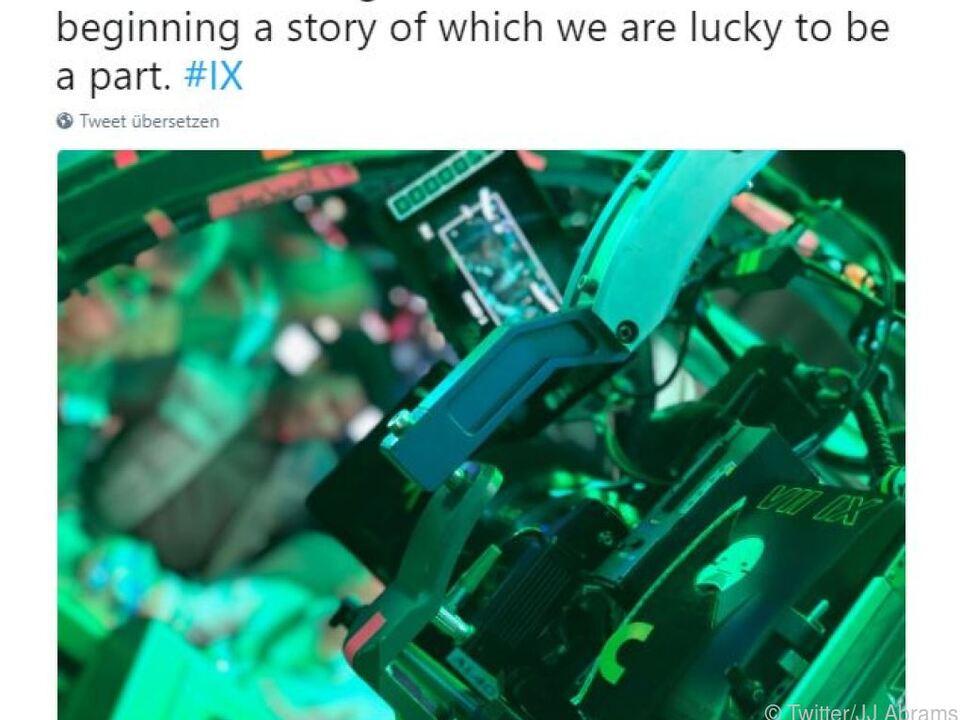 Zu seinem Eintrag stellte er ein Foto seiner Filmkamera am Set