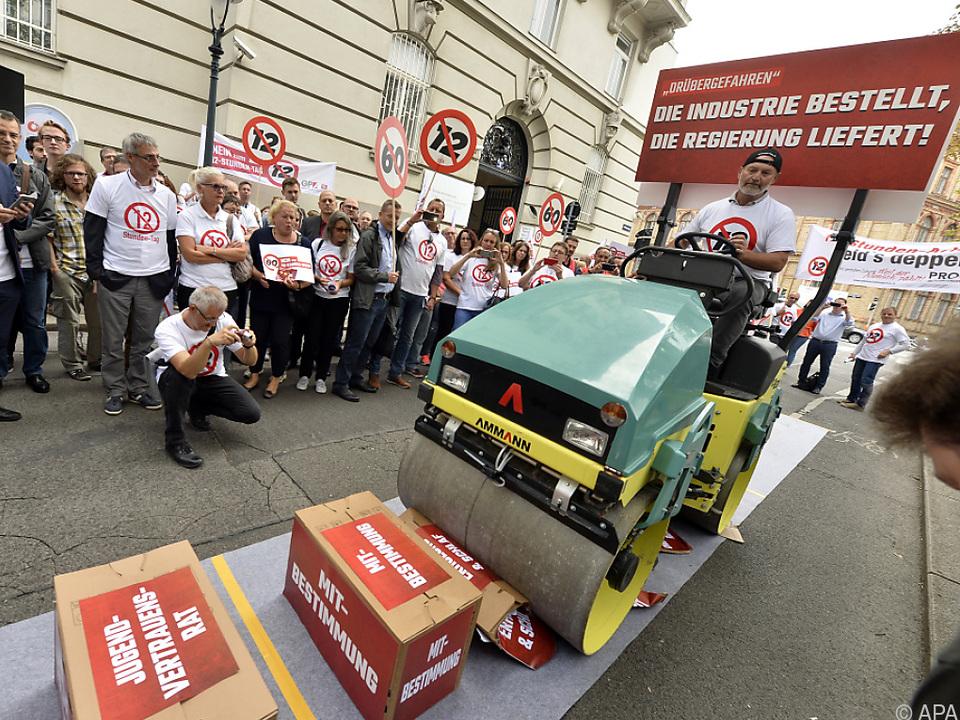 Straßenwalze bei Gewerkschaftsaktion vor dem Sozialministerium