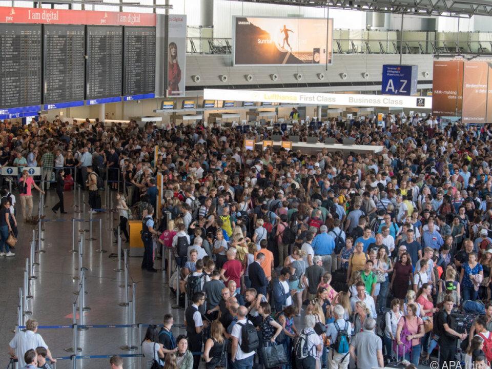 Tausende Passagiere dicht gedrängt