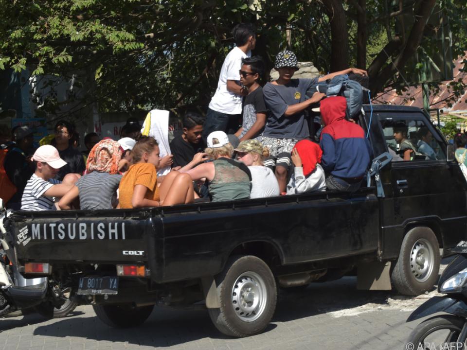 Touristen und Einheimische werden in Sicherheit gebracht