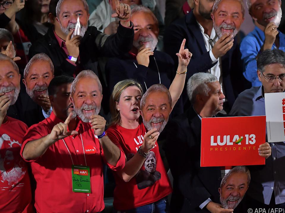 Vertreter der brasilianischen Partei mit Lula-Masken