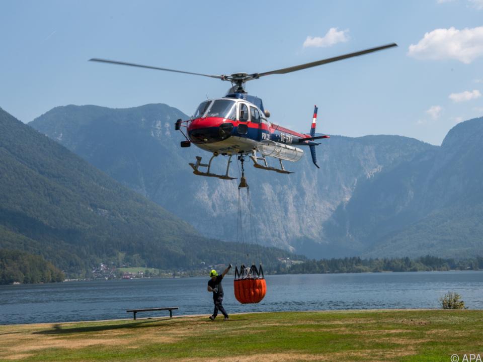 Vier Hubschrauber flogen fast ohne Pause und warfen Wasser ab