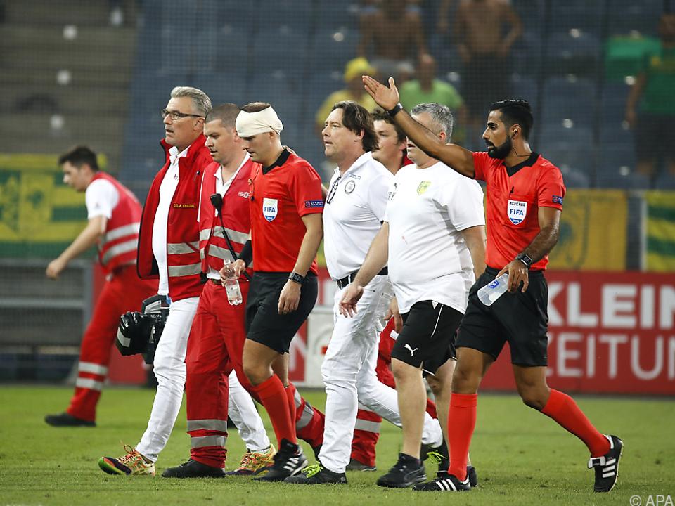 Voller Becher traf Schiedsrichter-Assistent am Kopf