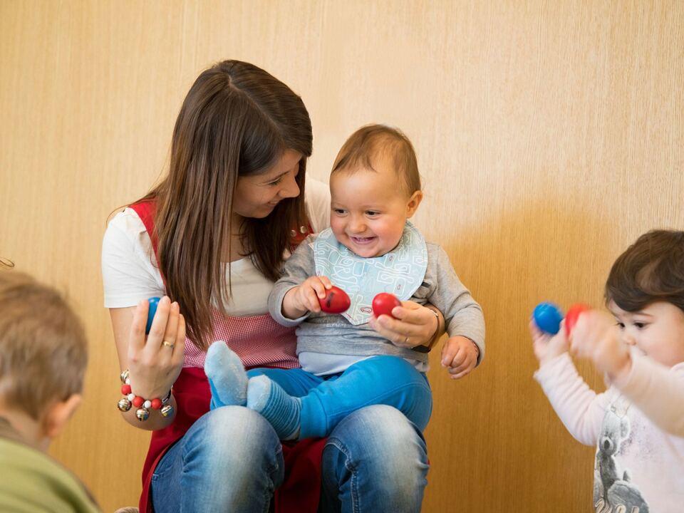 kind kinderbetreuung Mit einer Betriebskita können Arbeitgeber bei der Vereinbarkeit von Familien- und Berufsleben unterstützen.