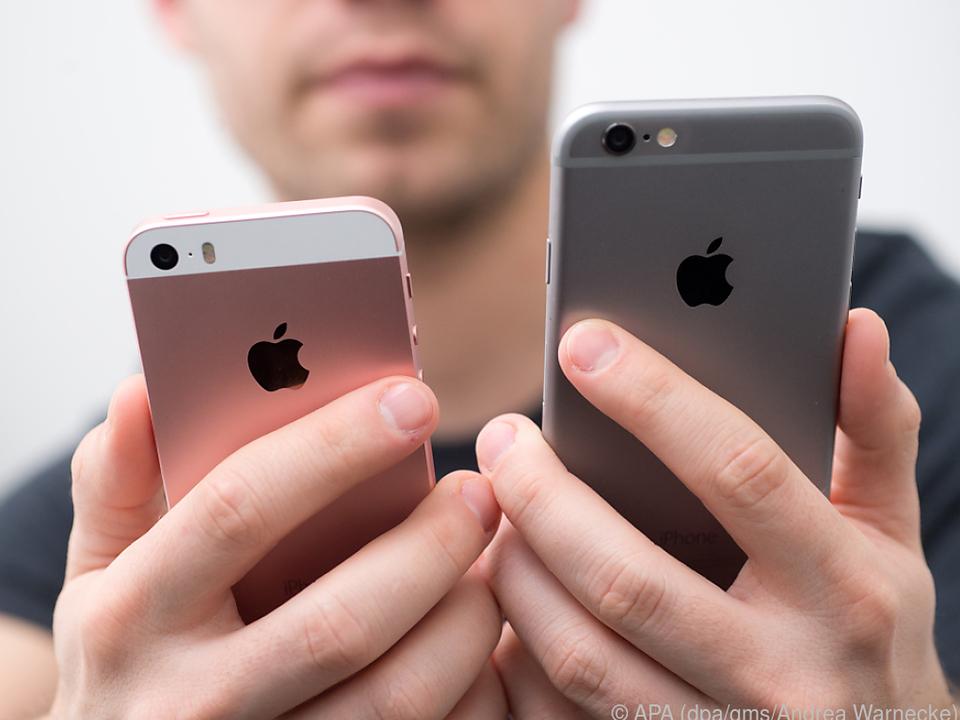 Adieu iPhone SE (links) und iPhone 6S (rechts)