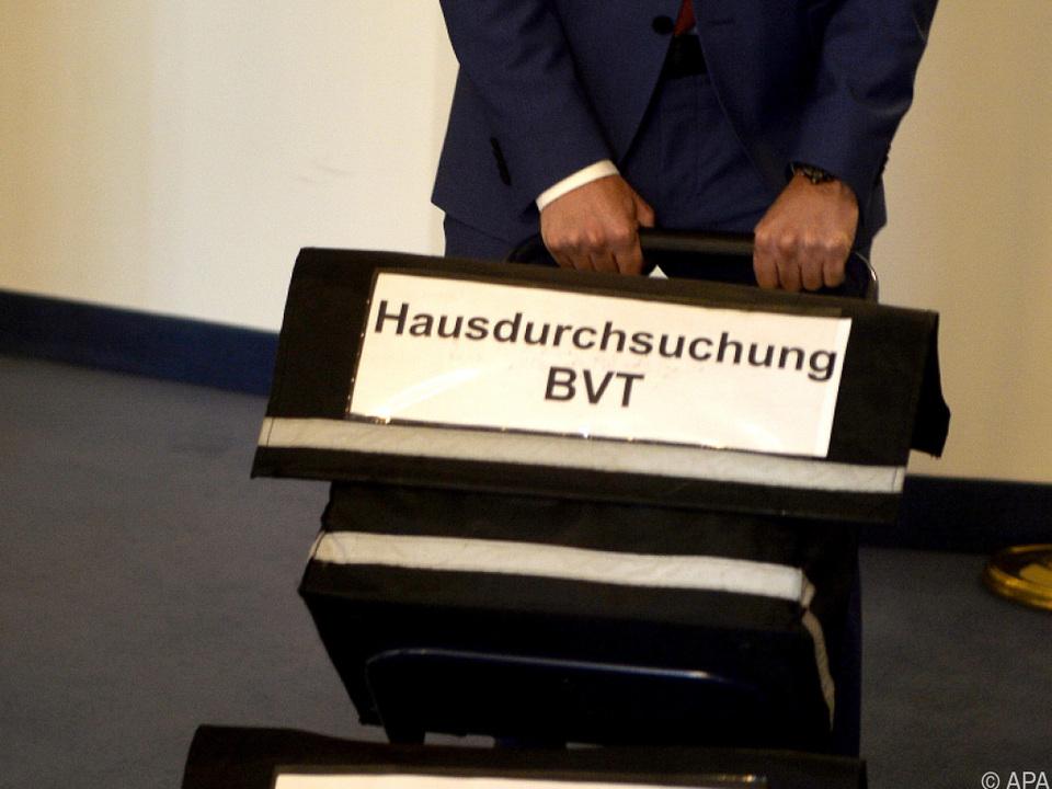 Akten werden zum BVT-Ausschuss gekarrt