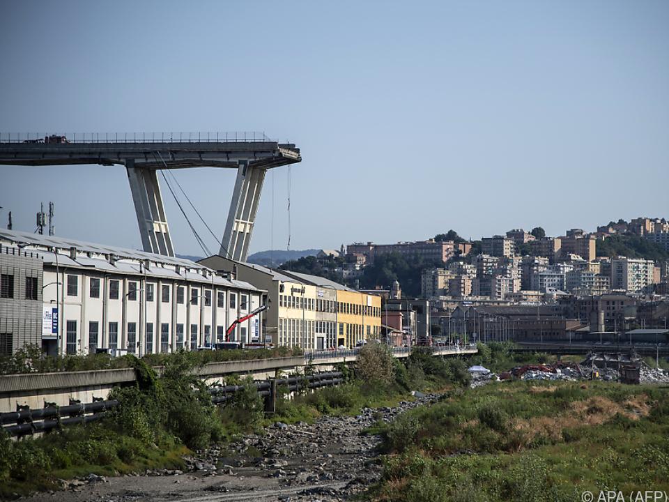 Auch die Reste der Brücke sind einsturzgefährdet