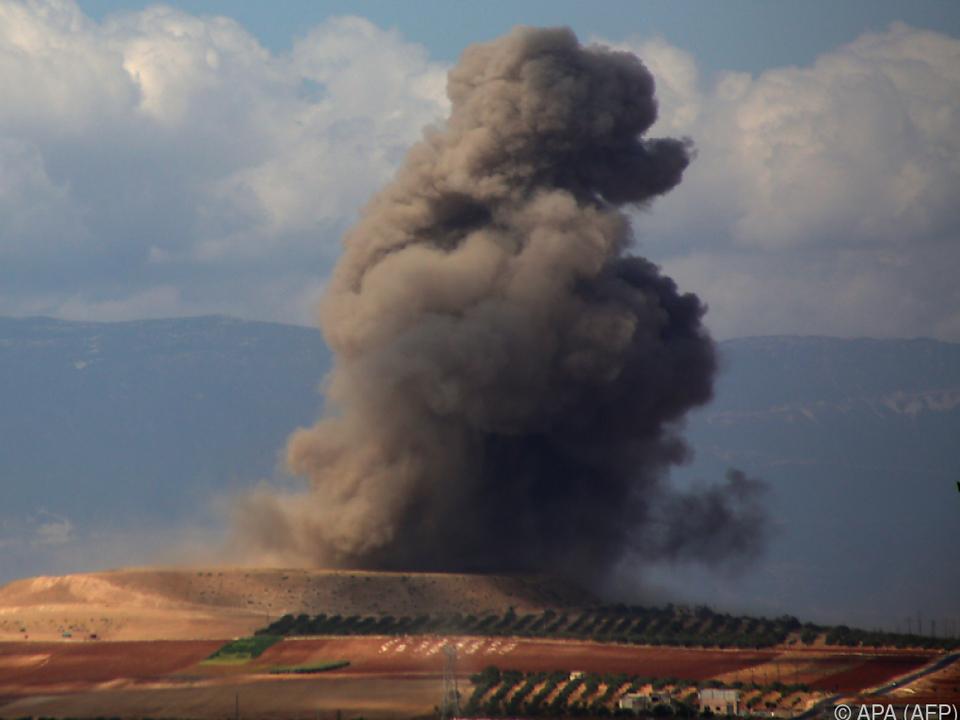 Augenzeugen berichteten von mehr als einem Dutzend Luftangriffen