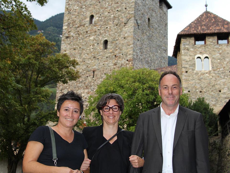 Bei der Eröffnung v.l. Angelika Fleckinger, Brigitte Niedermair, Leo Andergassen