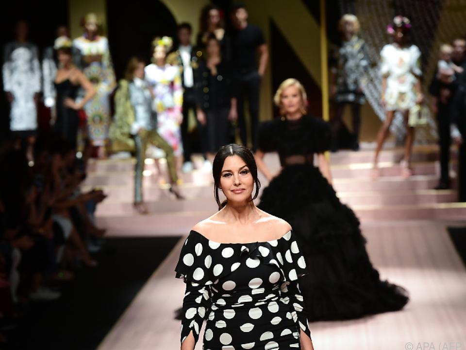 Bellucci trug ein schwarzes Kleid mit großen weißen Punkten