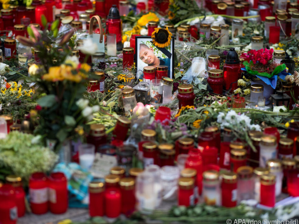 Blumenmeer in Gedenken an das Opfer