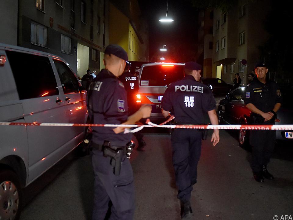 Der Gemeindebau wurde nach der Tat von der Polizei abgesperrt