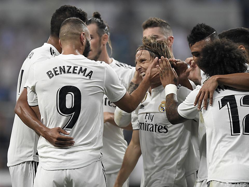 Doppeltorschütze Karim Benzema feiert mit seinen Teamkollegen