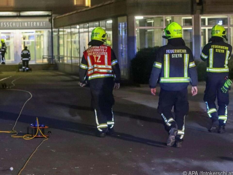 Einsatzkräfte vor Berufsschulinternat in Steyr