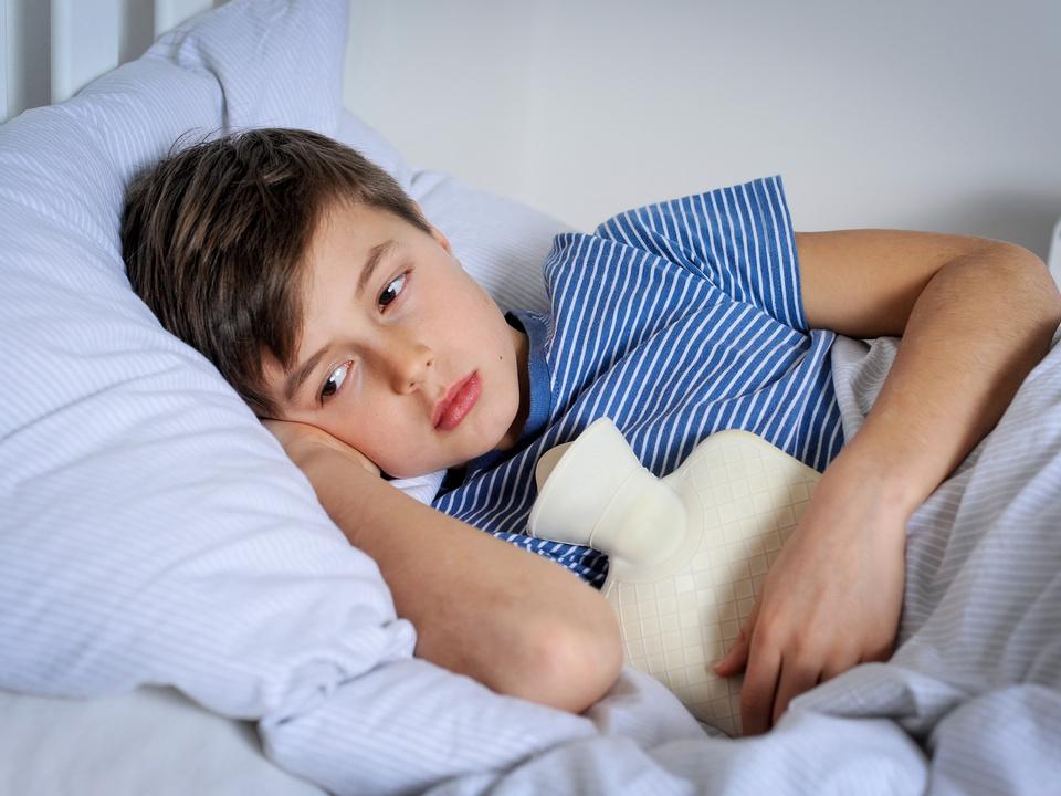 Kind Bub krank Bauchweh
