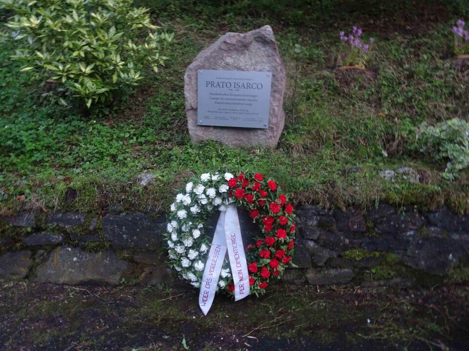 Gedenkstein mit Kranz
