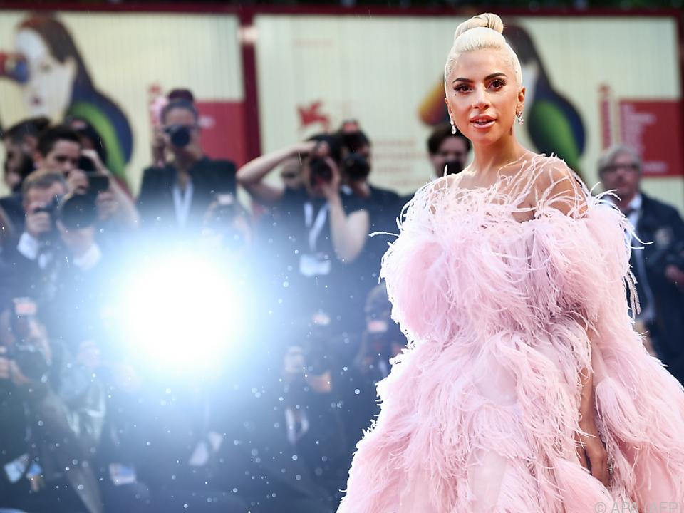 Lady Gaga in einem rosafarbenen Feder-Kleid von Valentino