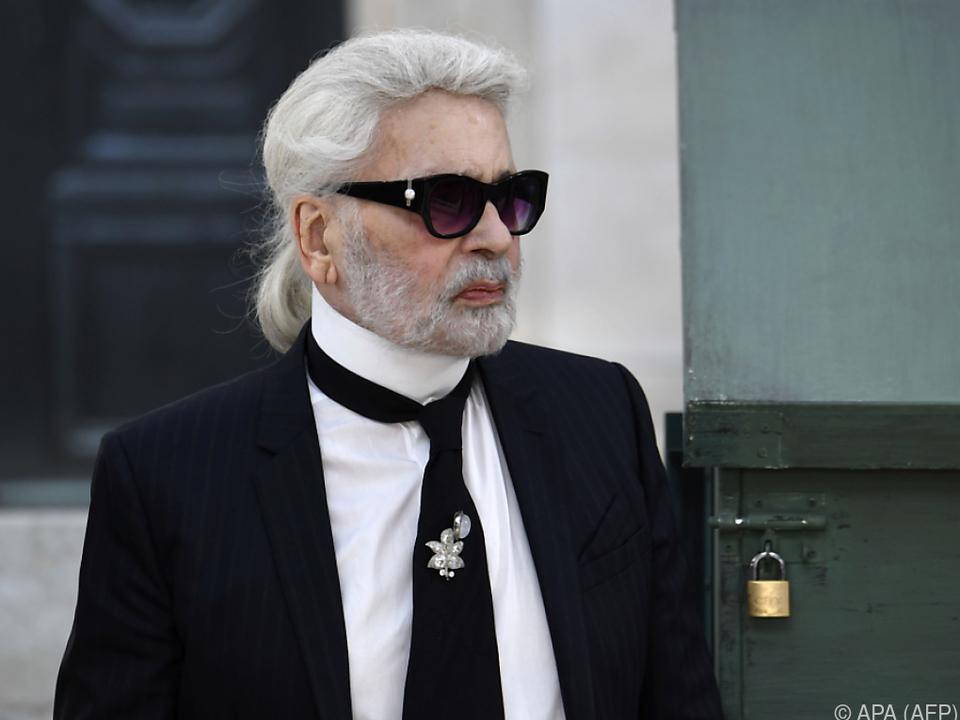 Lagerfeld bleibt seinem Look seit Jahrzehnten treu