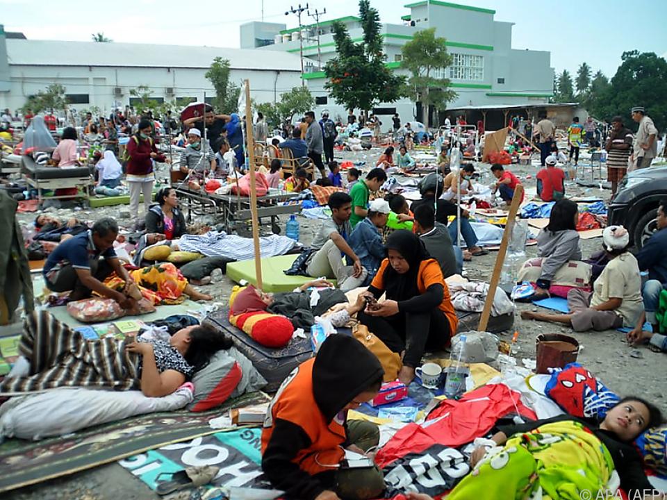 Medizinische Helfer kümmern sich um Verletzte in Palu