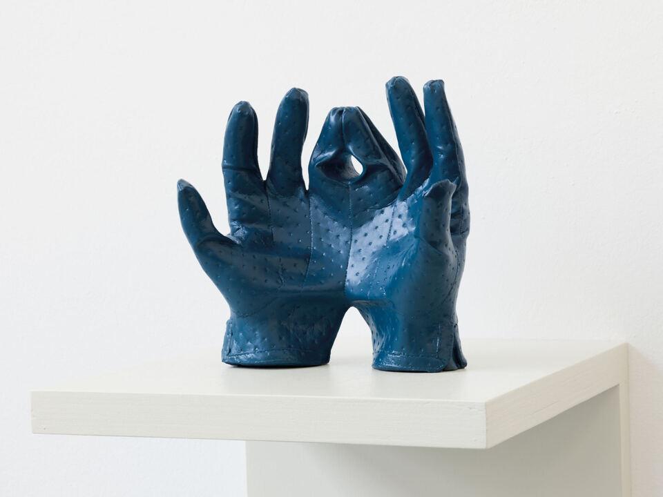 Michael Fliri  Gloves  2017  Keramische Gussmasse, Spray  Courtesy der Künstler und Galleria Raffaella Cortese