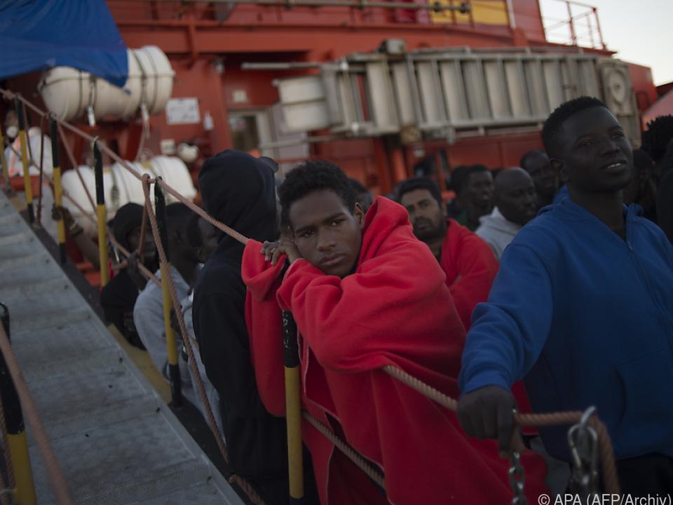 Migranten warten an Deck