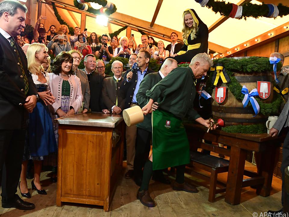 Münchner Oberbürgermeister Dieter Reiter zapfte das erste Fass Bier an