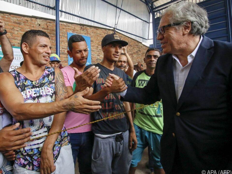 OAS-Generalsekretär Luis Almagro grüßt Venezolaner
