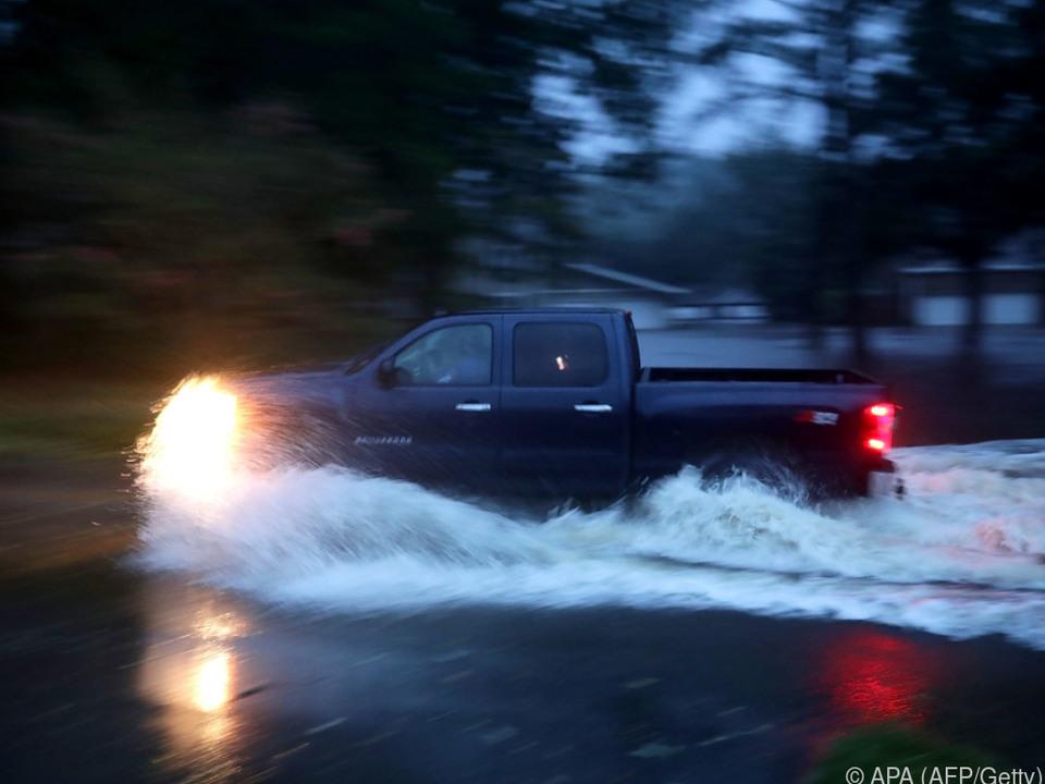 Pick-up bahnt sich seinen Weg durch die Fluten in North Carolina