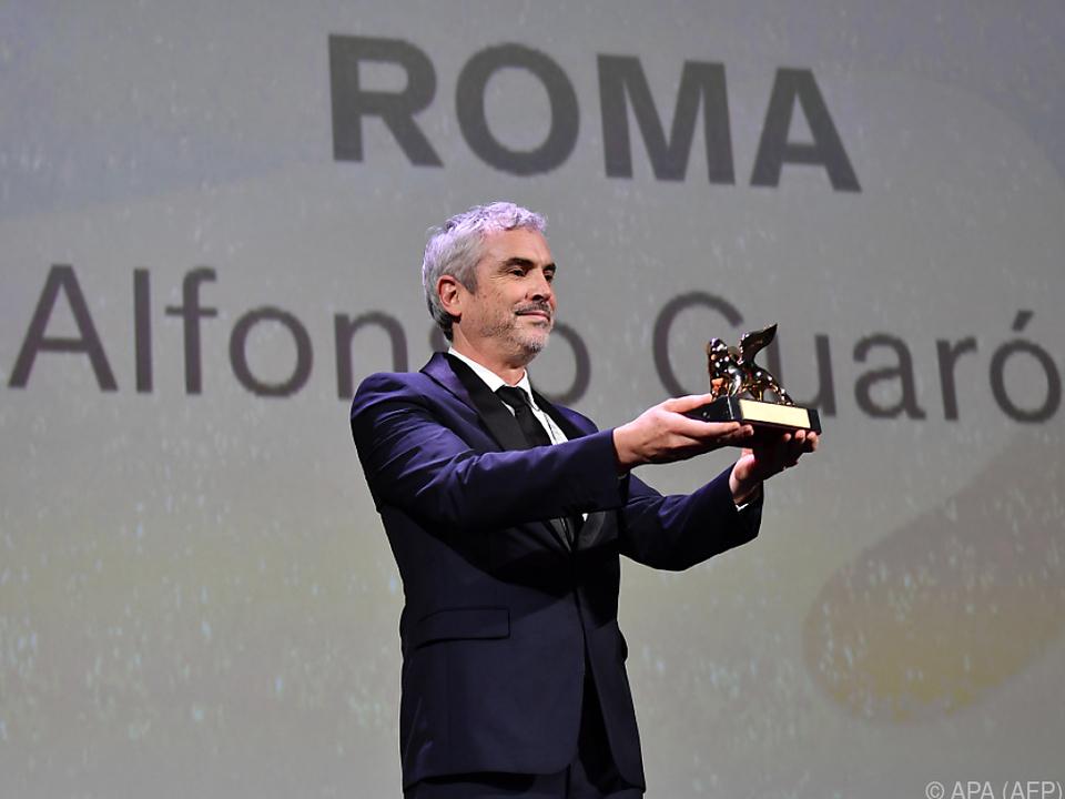 Regisseur Alfonso Cuaron posiert mit seinem Goldenen Löwen