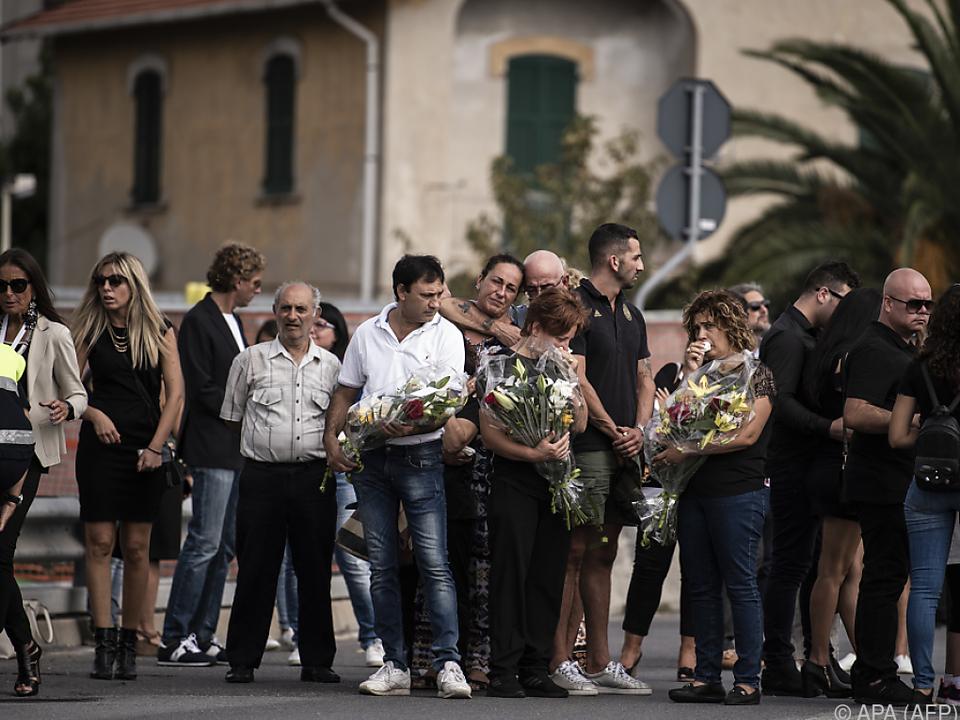 Verwandte der Opfer bei der Trauerfeier in Genua