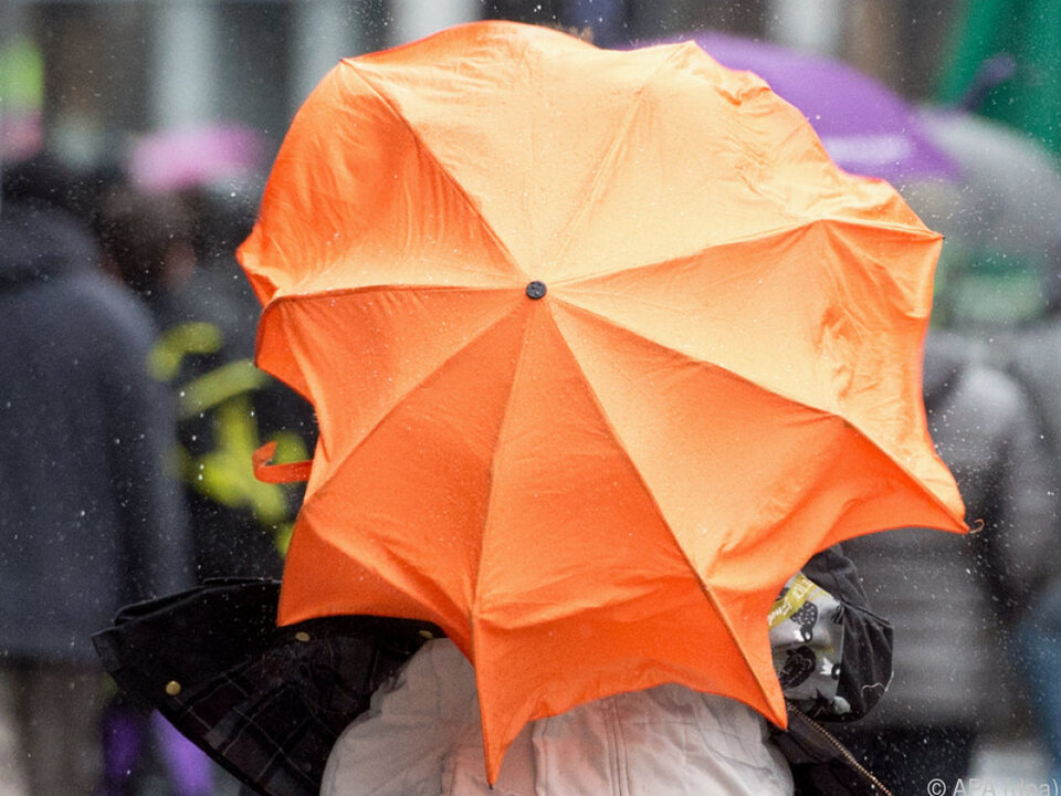 Vorsicht, der Sturm erreicht bis zu 120 Stundenkilometer! orkan regen schirm gewitter