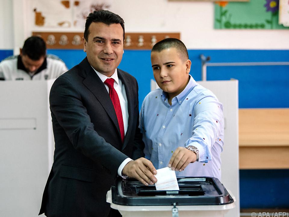 Zoran Zaev und sein Sohn bei der Stimmabgabe